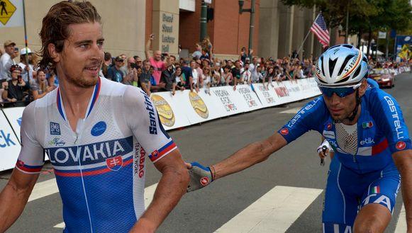 Vincenzo Nibali feliciteert zijn ex-ploegmakker Peter Sagan met diens wereldtitel.