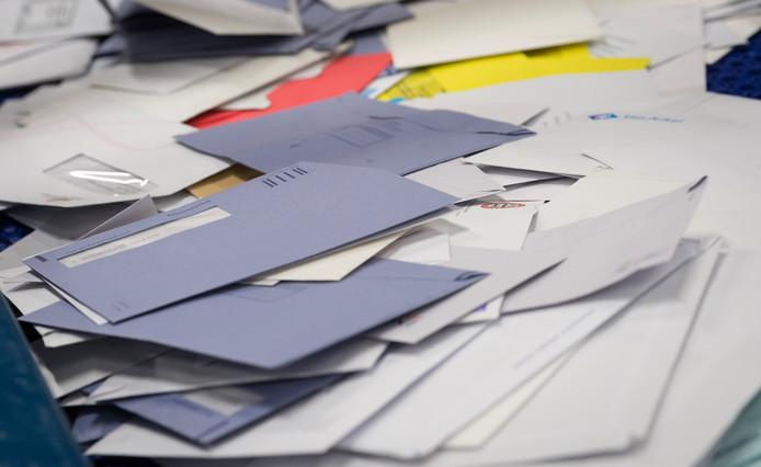 PostNL komt zoveel bezorgers tekort dat het personeel op het hoofdkantoor moet bijspringen.