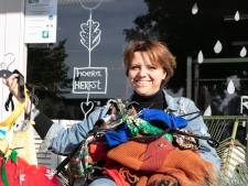 Kledingwinkel in Lutten voor tweedehands juweeltjes schenkt restanten aan goed doel