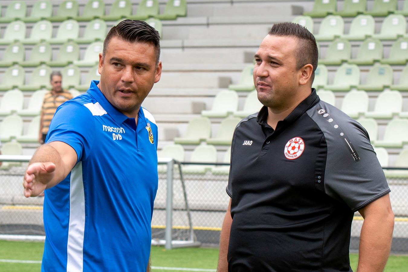Links Jhon Van Beukering als trainer van MASV, luisterend naar broer Dennis die zowel Vitesse Onder19 als hoofdklasser Silvolde traint.