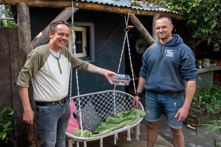 Bart van den Akker reikt het bakje met druiven met vogelspin nog maar een officieel uit aan Bart Kappen.