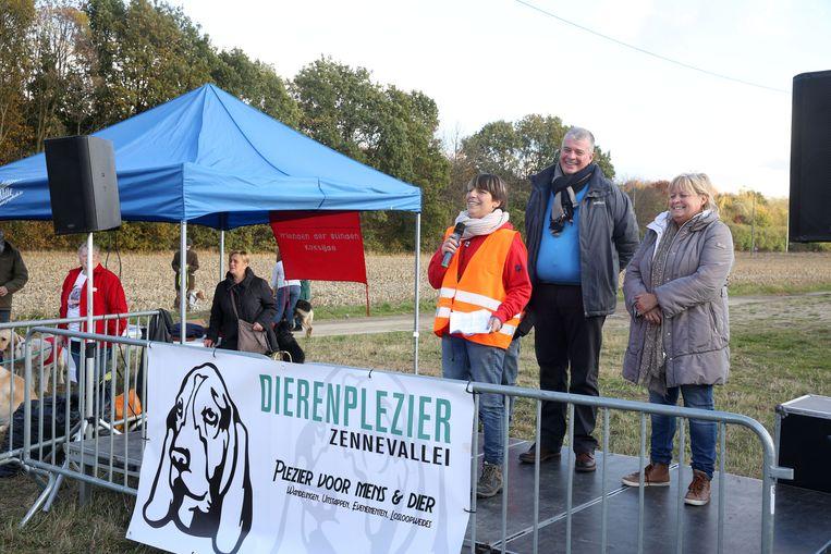 Veronique Quartier speecht tijdens de opening van de hondenlosloopweide.