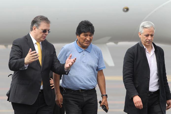 De Mexicaanse minister van Buitenlandse Zaken Marcelo Ebrard (l) ontvangt voormalig president Evo Morales (m) en de voormalige vice-president Alvaro Garcia Linera op de luchthaven van Mexico-Stad.