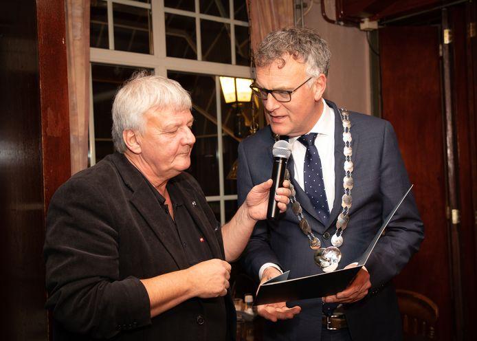 Rob Outmaijer krijgt de gemeentelijke blijk van waardering uit handen van burgemeester Hans Janssen