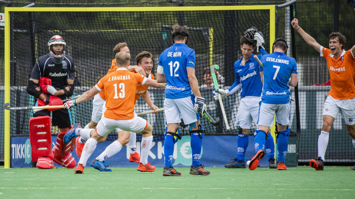De spelers van Bloemendaal in extase na de 1-0 van Jorrit Croon.