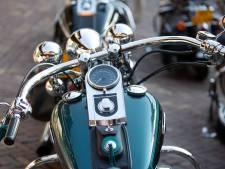 Veel blinkend chroom en zelfs leren franjes van Harleys in Raalte