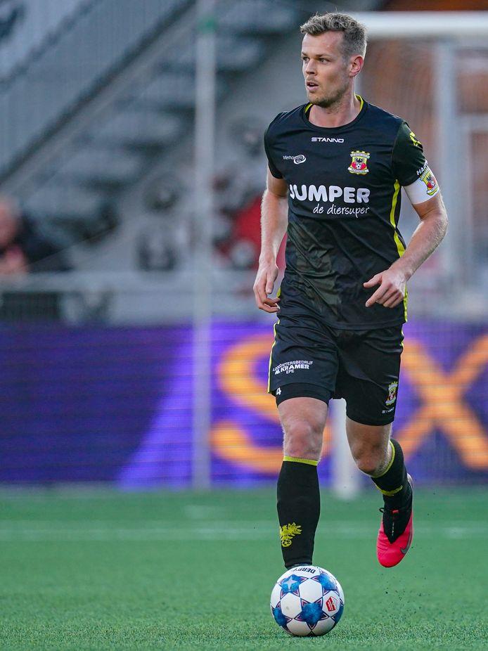 Jeroen Veldmate aan de bal tegen MVV. De aanvoerder bleef met Go Ahead Eagles voor de vierde keer op rij ongeslagen op vreemde bodem.