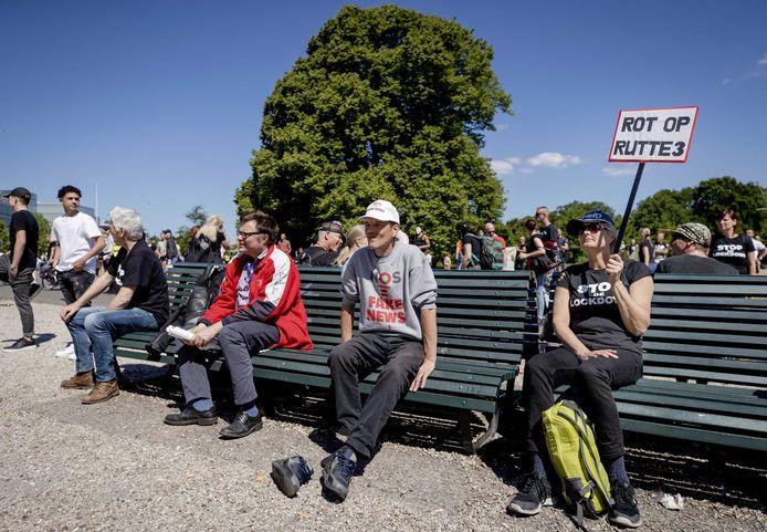 Tegenstanders van de lockdown protesteren op de Koekamp.