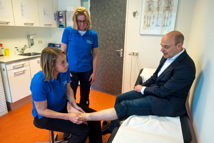 Marieke van Koningsbruggen (zittend) en Petra Koolhaas zien hun patiënten deze week in sportkleding. Op maandagochtend kwam de Arnhemse wethouder Gerrie van Elfrink om zijn gekwetste enkel te laten onderzoeken.