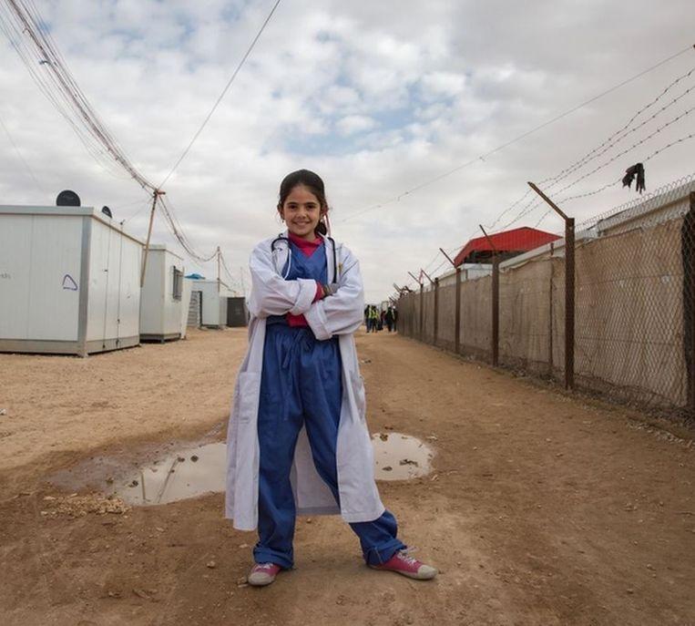 Rama (13), arts. `In Syrië en Jordanië zag ik als kind lijdende mensen, ziek of gewond, en ik wilde dan de kracht en de kennis hebben om ze te helpen. Als belangrijke arts in mijn gemeenschap kan ik dat nu. Dat ik pijn kan verlichten is de hoogste beloning voor mijn werk.' Beeld Meredith Hutchinson