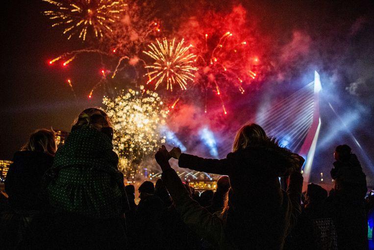 Kinderen kijken in 2018 naar een vuurwerkshow tijdens het Nationale Kindervuurwerk voor de Erasmusbrug in Rotterdam. Sommige politieke partijen willen dat consumentenvuurwerk plaatsmaakt voor georganiseerde shows. Beeld ANP