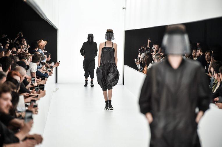 Modellen presenteren de collectie van de Japanse ontwerper Yohji Yamamoto tijdens de Parijse mannenmodeweek. Beeld epa