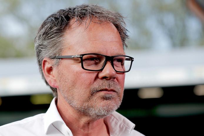 Henk de Jong, nu nog trainer van De Graafschap, maar volgend seizoen weer van Cambuur. Hoe pakt hij dat aan in de play-offs.