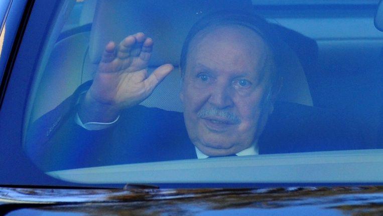 De Algerijnse president Adbelaziz Bouteflika diende vandaag persoonlijk zijn kandidatuur in.
