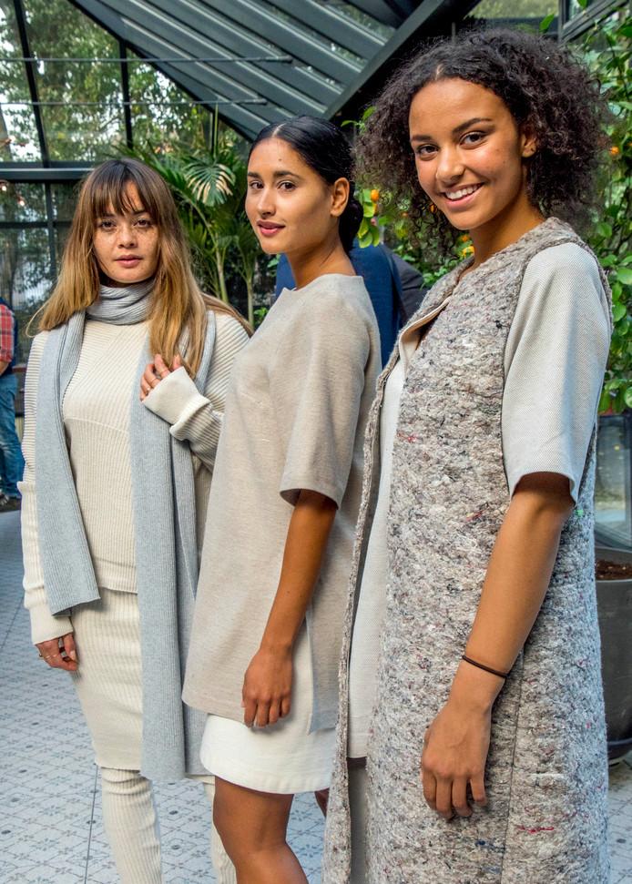 Drie modellen showden gisteren in villa De Vier Jaargetijden diverse fraaie combinaties duurzame kleding, geschikt voor vrijwel elke gelegenheid.