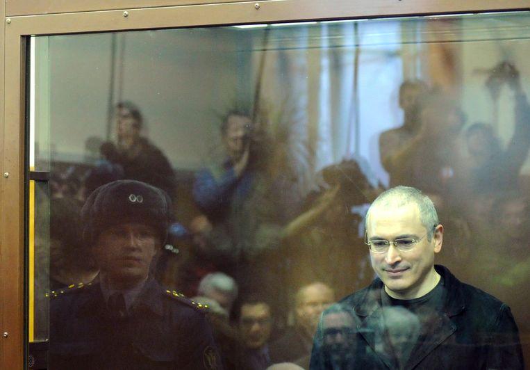 Michaïl Chodorkovski wordt voor de rechter gedaagd en uiteindelijk verbannen. Beeld null