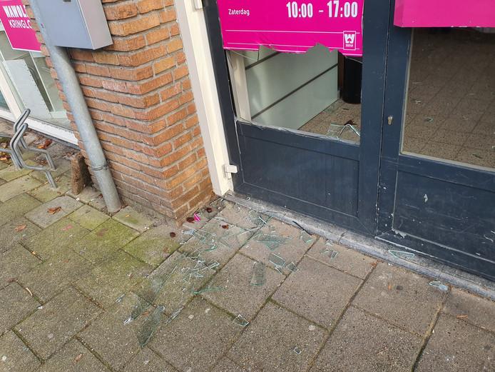 De onderruit van de toegangsdeur van kringloopzaak Wawollie werd door de inbreker(s) kapotgetrapt.