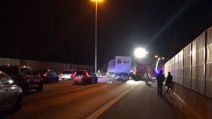 Nachtelijke file op E40 richting Gent na ongeval met vrachtwagen: 1 rijstrook vrijgemaakt