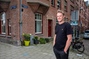 Bob Munten (30) voor zijn kleine huurwoning in Amsterdam.  Op 1 december tekent hij bij de notaris voor een koopwoning in Hilversum. Hij en zijn vriendin proberen de overdracht naar 2021 te hevelen om zo de 2 procent overdrachtsbelasting te voorkomen.