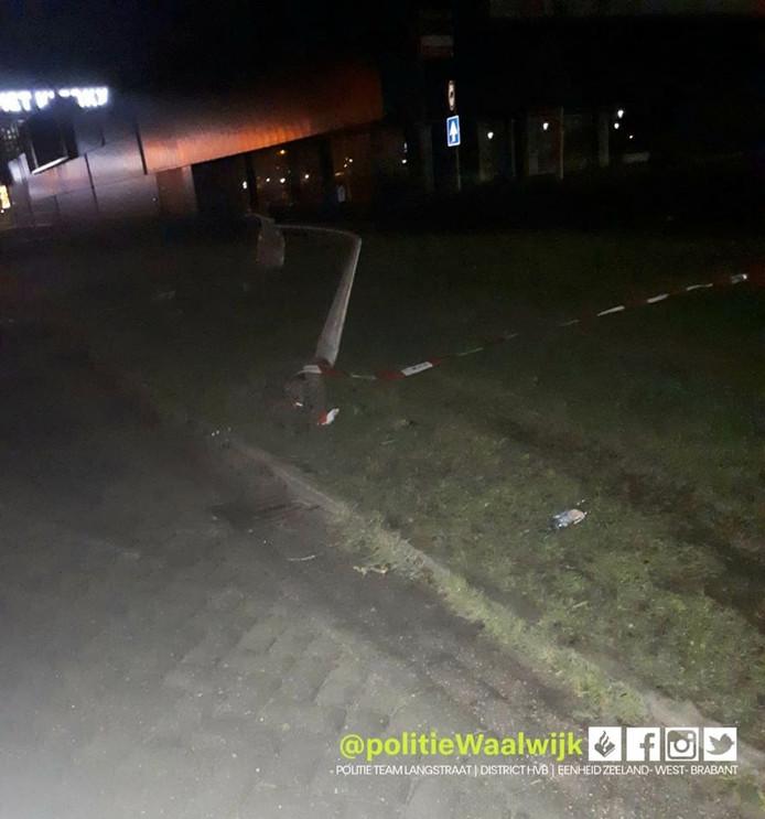 Auto botst op lantaarnpaal in Waalwijk.