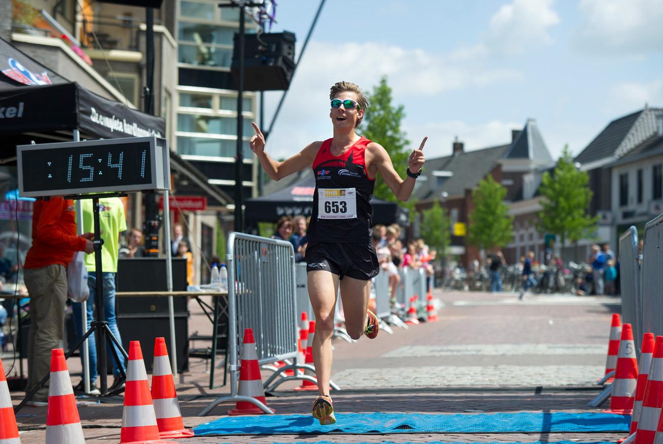 Wesley Mols klokt een nieuwe toptijd op de 5 kilometer van de Overbetuweloop (15.42). De triatleet uit Nijmegen loopt nog weleens regionale hardloopwedstrijden, ook al training.