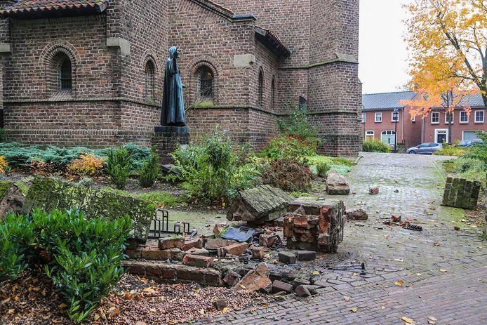 Muur van kerk Beek en Donk aangereden