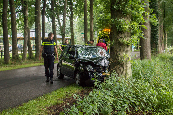 De zwaar beschadigde auto na het eenzijdig ongeval in Laag-Soeren.