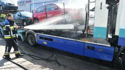 Brand op oplegger met negen wagens