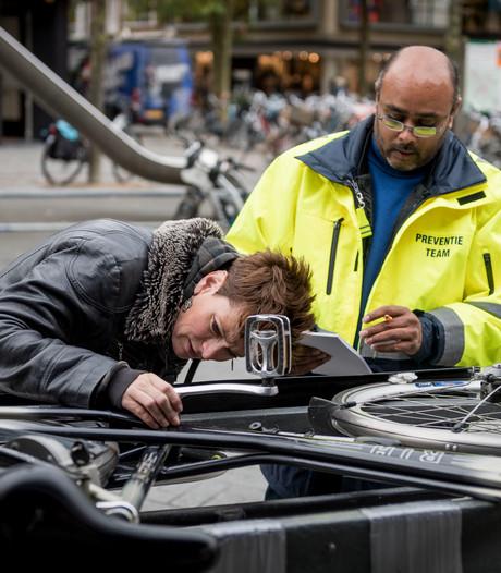 Voorlichting in centrum Hengelo om fietsendiefstal te voorkomen