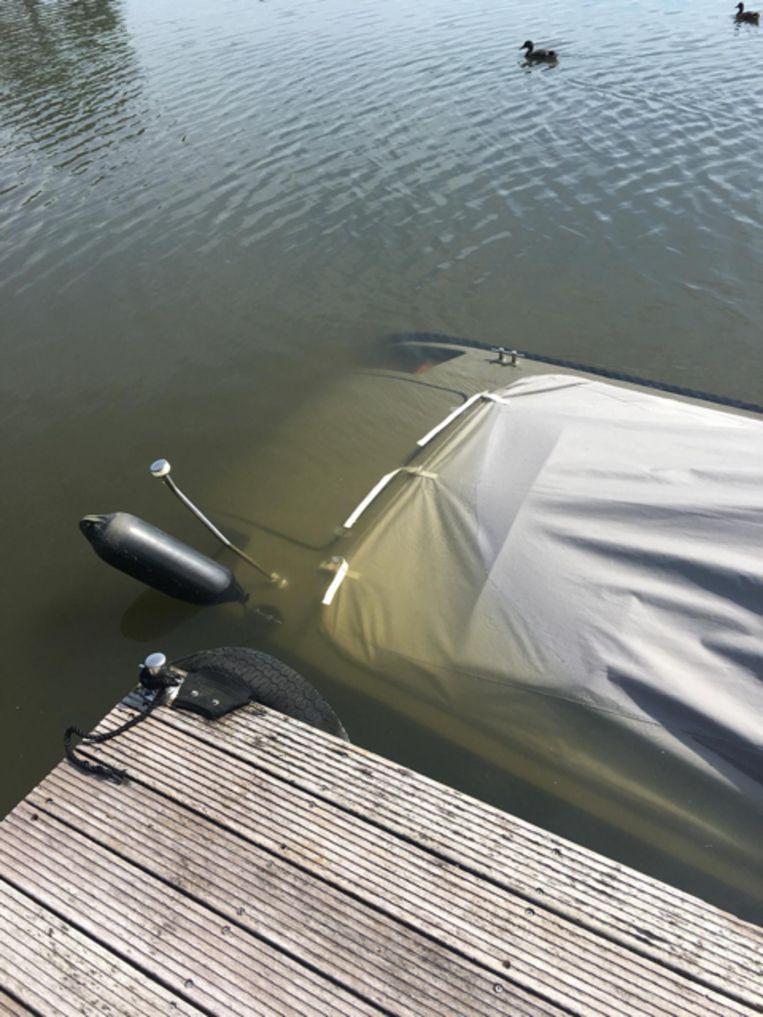 Een aangemeerde sloep zonk door de golven van te snelle waterweggebruikers.