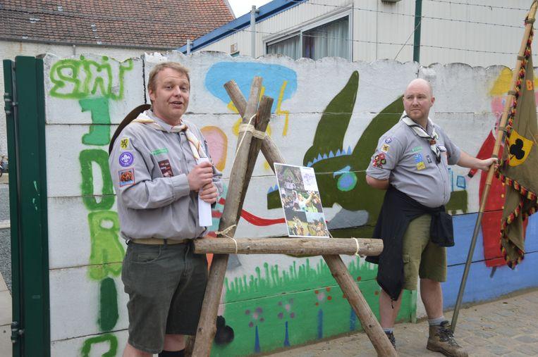 De (oud)scouts herdenken hun overleden vriend Patrick aan de voormalige scoutslokalen in de Vestbarm..
