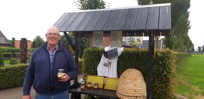 Johan Leus met de honing van zijn bijen in het kraampje aan de Slagenweg 17.