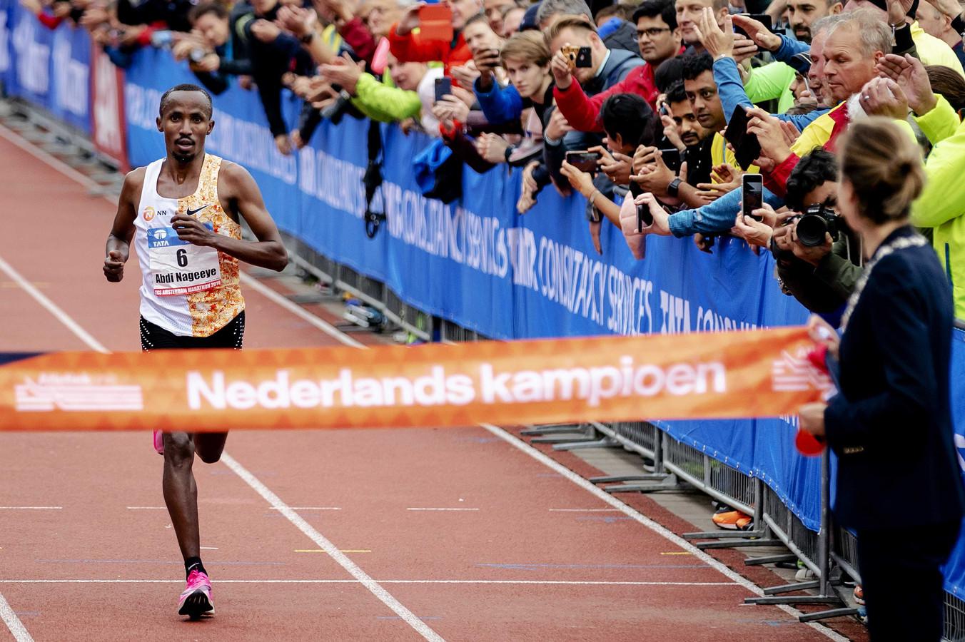 Abdi Nageeye komt als eerste Nederlander over de finish en is daarmee Nederlands kampioen op de Amsterdam Marathon.