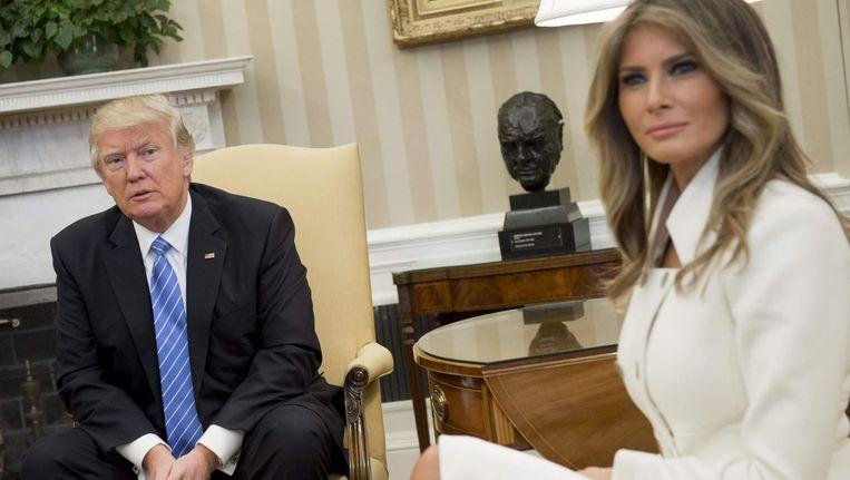 Trump en first lady Melania in het Oval Office. President Obama stond er bekend om dat hij vaak tot laat nog dossiers doornam, soms tot twee uur 's nachts. Trump daarentegen kijkt elke avond trouw de nieuwsprogramma's van Fox en CNN. Beeld null
