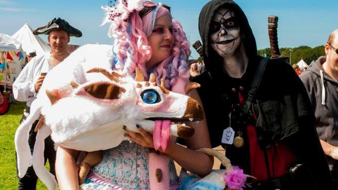 Kleurrijk geklede mensen op festival Castlefest