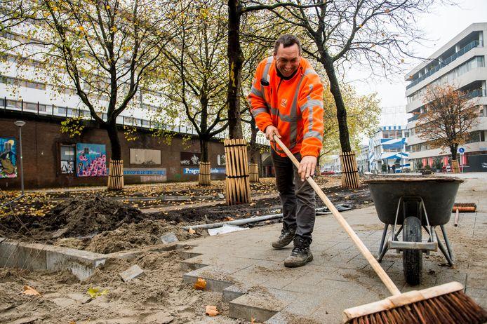 Uitvoerder Stephan de Veth is druk met de aanleg van een watertuin.