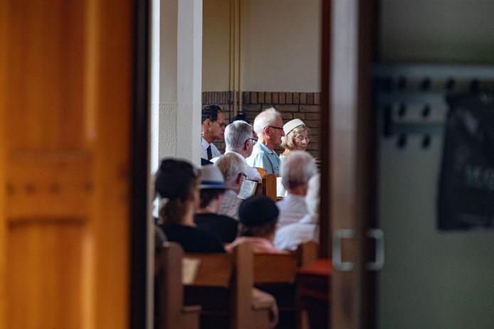 SGP gaat met gebed proberen te voorkomen dat de koopzondag voor supermarkten er komt in Kampen. Dat gebeurde in de Poortkerk van de Gereformeerde Gemeente aan de Ebbingestraat in Kampen. Insteek is te bidden voor het naleven van de geboden van de Heere, zoals de partij zegt.