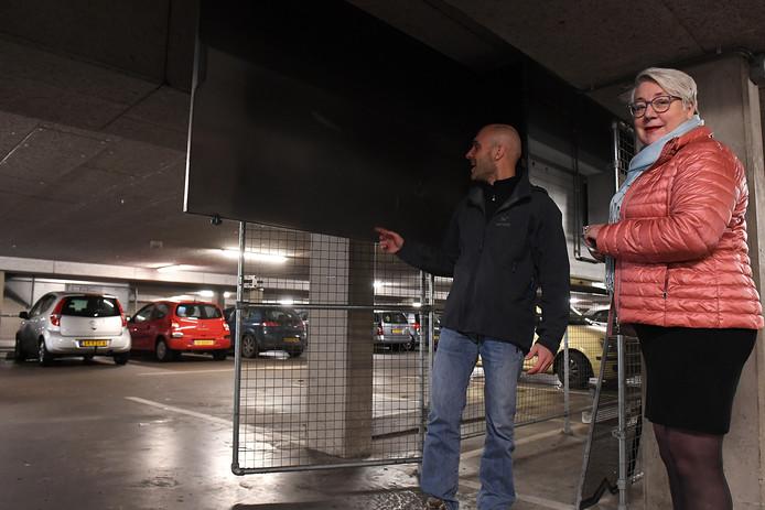 Lia van de Vorle en een van haar medewerkers bij de luchtzuiveringsinstallatie in de Cuijkse parkeergarage.