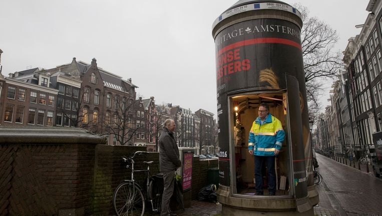 Een middenspanningsruimte annex reclamezuil op de hoek van de Keizersgracht en de Leidsestraat, met medewerkers van Liander Beeld Roy Del Vecchio