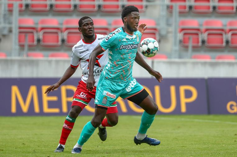 Daniel Opare in duel met Shamar Nicholson van Charleroi.