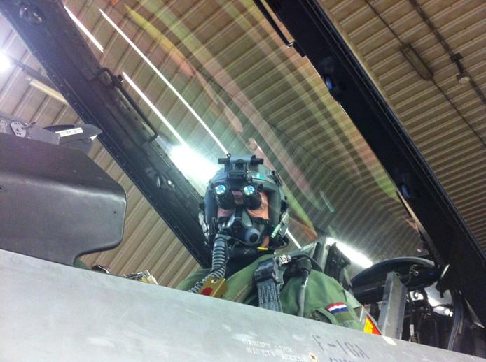 F-16-piloot Niels met de speciale night vision goggles waarmee hij in in het pikdonker kan zien.