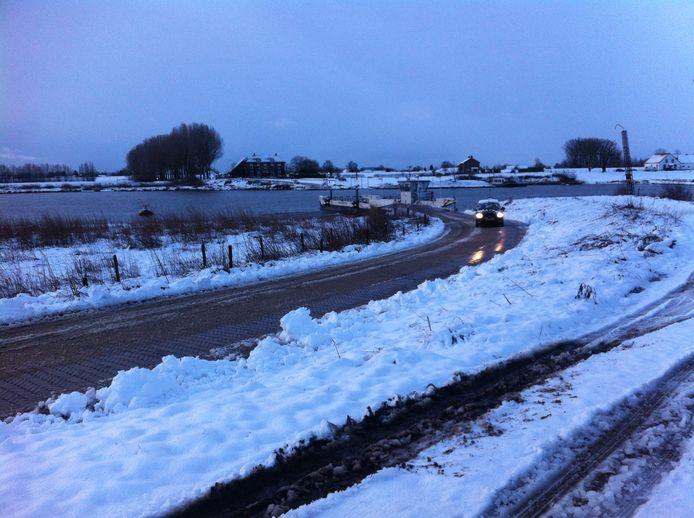 De weg naar het Opheusdenseveer tussen Wageningen en Opheusden is aardig sneeuwvrij gemaakt.