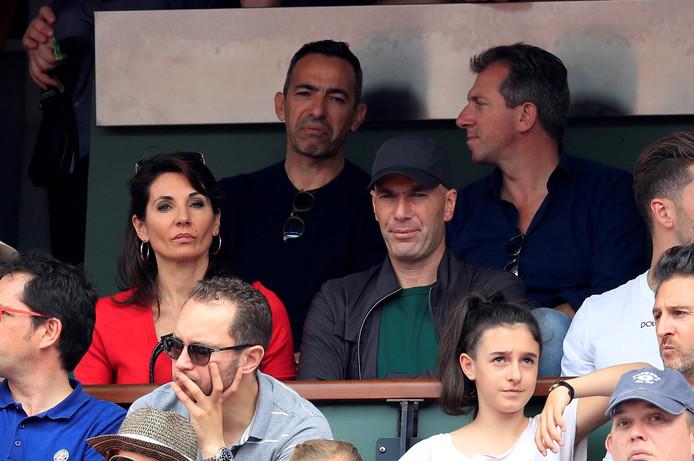 Youri Djorkaeff en Zinedine Zidane kijken naar de finale van Roland Garros.