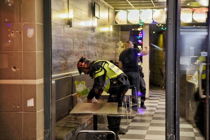 Agenten doorzoeken plastic tassen die overvallers bij zich hadden.