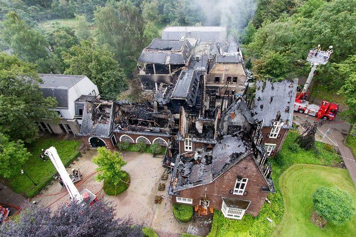 Luchtopname van het uitgebrande gemeentehuis van Waalre. foto ANP/Paul Raats