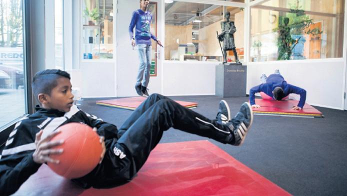 Leerlingen beginnen elke schooldag met een uur sporten.