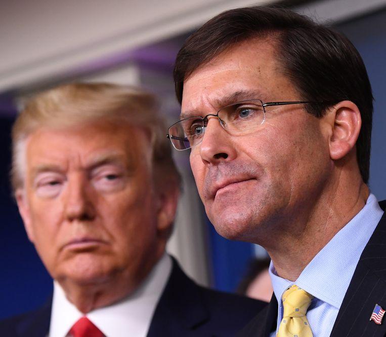 De Amerikaanse president Donald Trump (links) en zijn minister van Defensie Mark Esper.
