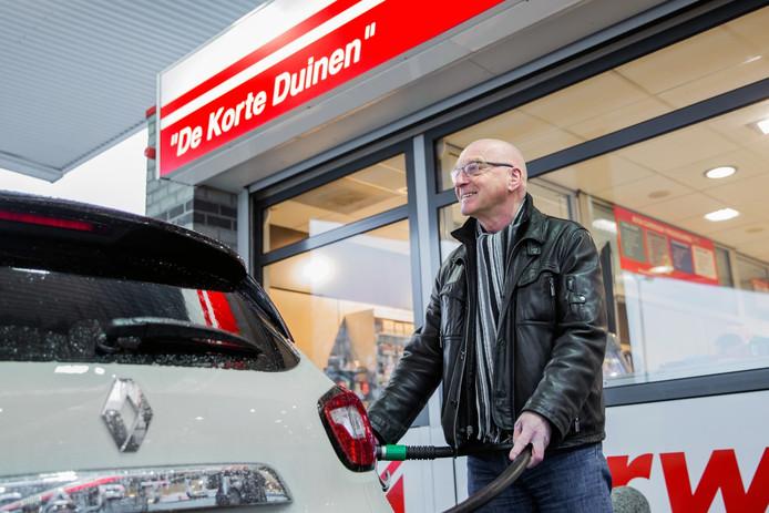Glunderend staat Dordtenaar Anton Hurks zijn nieuwe Renault Captur vol te tanken. De schade: ruim 41 euro voor 32 liter.