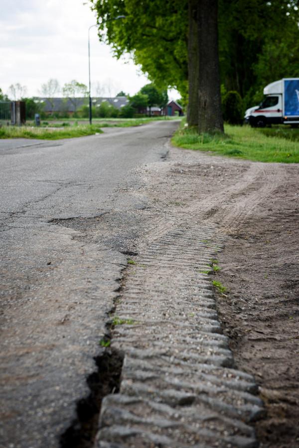 De Ockhuizenweg in Son gaat dit jaar op de schop. Dat is ook hard nodig, want het vele vrachtverkeer heeft het asfalt en de bermen flink aangetast