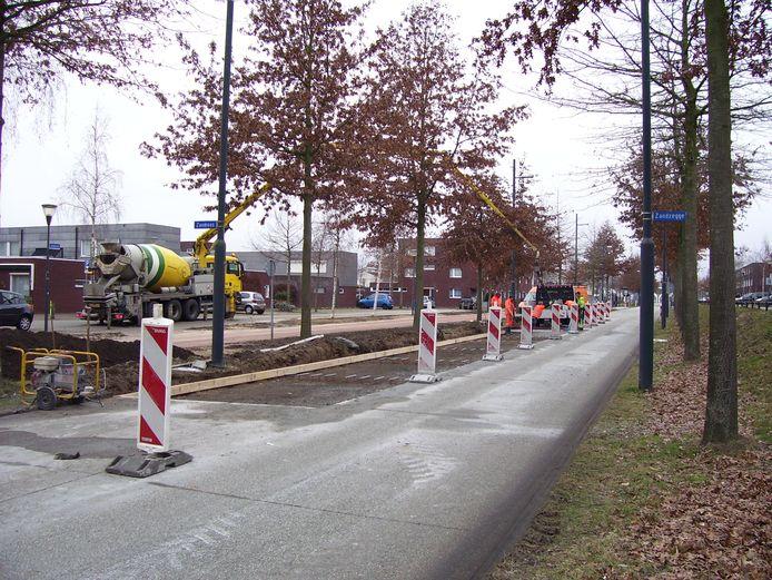 De betonplaten van de busbaan op de Zanddreef in Meerhoven, Eindhoven, worden vervangen omdat ze trillingsoverlast geven aan omwonenden.
